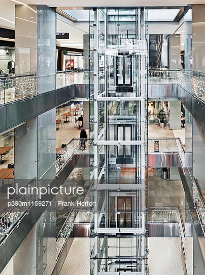 Panorama Lift aus Glas in Shopping Mall - p390m1159271 von Frank Herfort