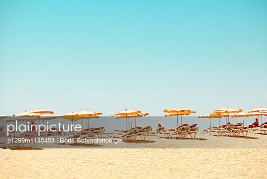 Sonnenschirme am Strand - p1299m1148483 von Boris Schmalenberger