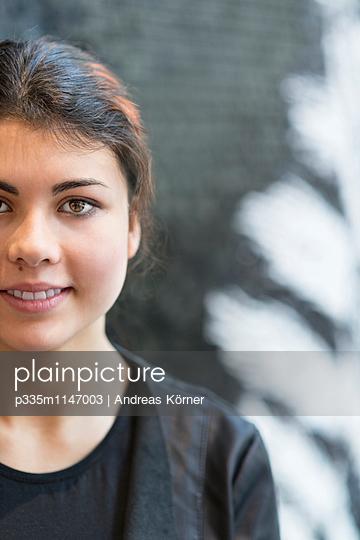 Freundliche junge Frau - p335m1147003 von Andreas Körner