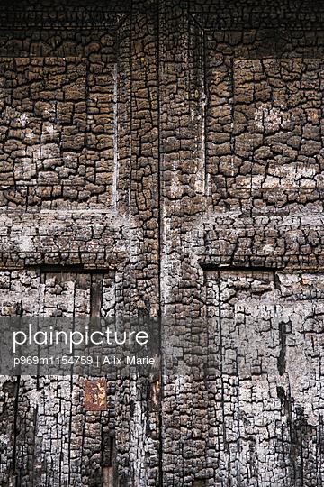 Verbrannte Tür - p969m1154759 von Alix Marie