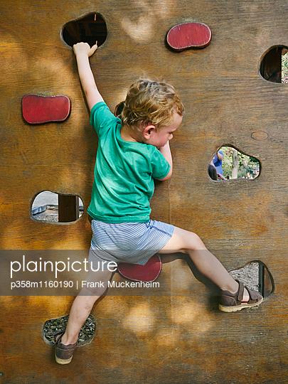 Kleiner Junge an der Kletterwand - p358m1160190 von Frank Muckenheim