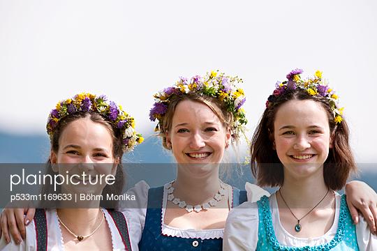 Drei Mädchen mit Blumenkranz - p533m1169633 von Böhm Monika