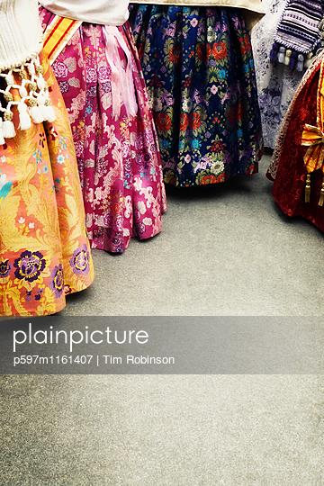 Frauen in traditionellen valencianischen Kleidern - p597m1161407 von Tim Robinson