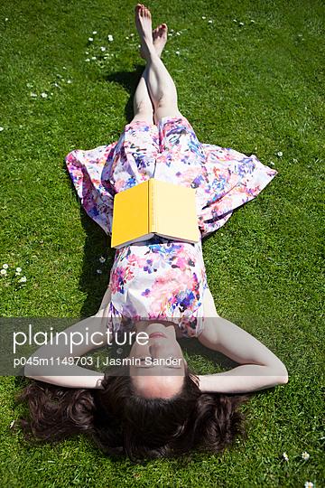 Lesen im Sommer - p045m1149703 von Jasmin Sander
