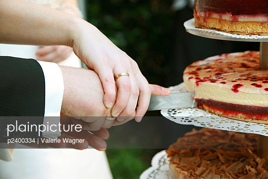 Bridal couple with cake