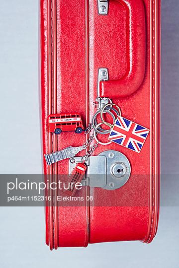 Reise-Koffer - p464m1152316 von Elektrons 08