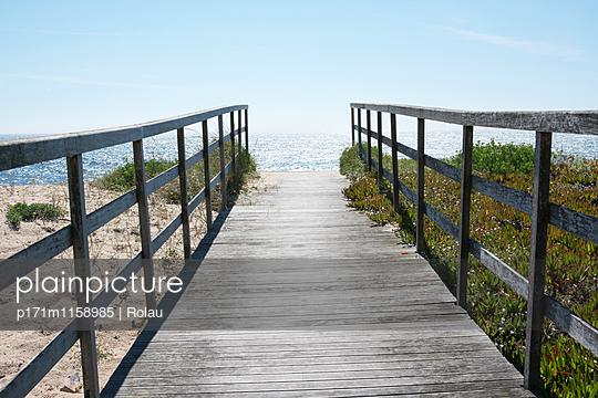 Holzweg zum Strand - p171m1158985 von Rolau