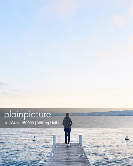 Frau steht auf einem Steg am Genfer See - p1124m1150099 von Willing-Holtz