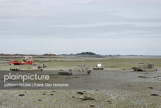 Muschelfischerboote bei Ebbe - p260m1161244 von Frank Dan Hofacker