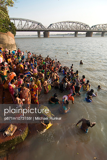 Crowds of people in front of Kali Temple bathing in the Hooghly River, Kolkata, West Bengal, India, Asia