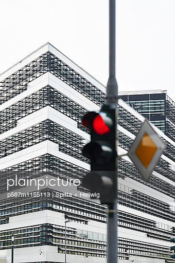 Rote Ampel vor einem Bürohaus - p587m1155113 von Spitta + Hellwig