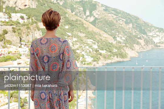 Frau blickt aufs Meer - p432m1153087 von mia takahara
