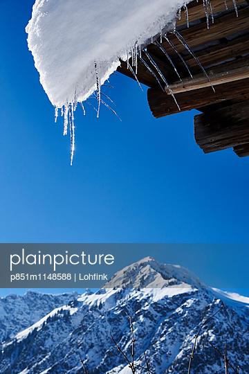 Berghütte im Winter - p851m1148588 von Lohfink
