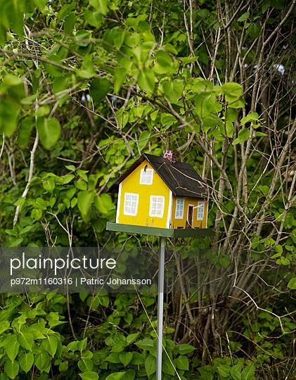 Gelbes Vogelhäuschen - p972m1160316 von Patric Johansson