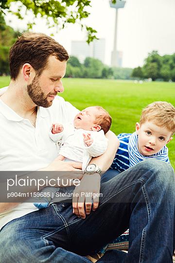 Vater mit seinen Kindern - p904m1159685 von Stefanie Neumann