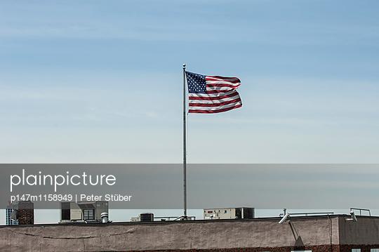 Nationalflagge auf einem Gebäude - p147m1158949 von Peter Stüber