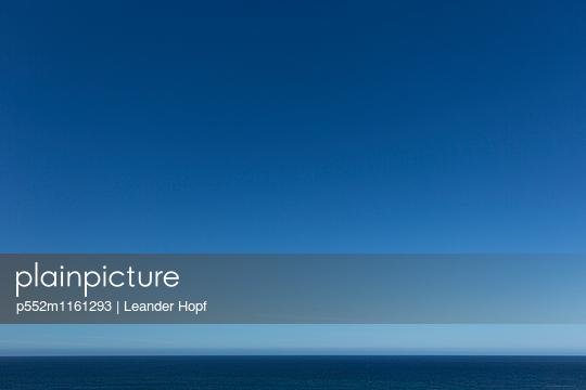 Horizont und blauer Himmel - p552m1161293 von Leander Hopf