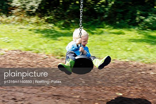 Junge auf einer Spielplatz Seilbahn, Leipzig, Sachsen, Deutschland - p1316m1160593 von Roetting+Pollex