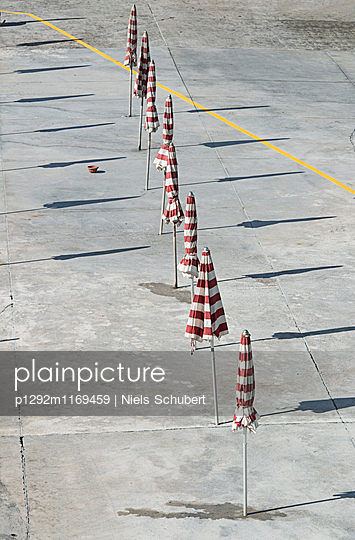 Sonnenschirme in einer Reihe - p1292m1169459 von Niels Schubert