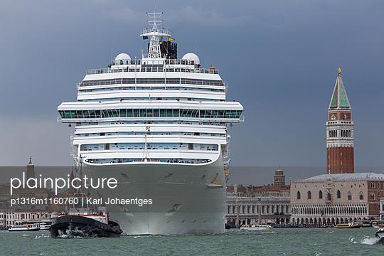 No Grandi Navi, riesiges Passagierschiff und Schlepper, in Giudecca Kanal, Venedig, Italien, Gesperrt für Bildbände in D, A, CH: - p1316m1160760 von Karl Johaentges