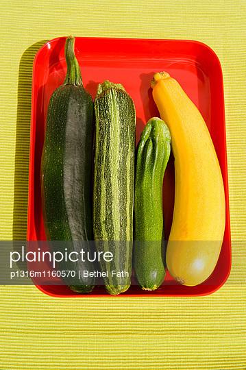 Frische grüne und gelbe Zucchini, Gemüse - p1316m1160570 von Bethel Fath