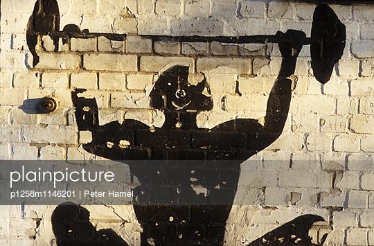 Wandmalerei: Gewichtheben - p1258m1146201 von Peter Hamel