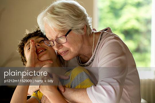 Oma und Enkel - p1212m1152909 von harry + lidy