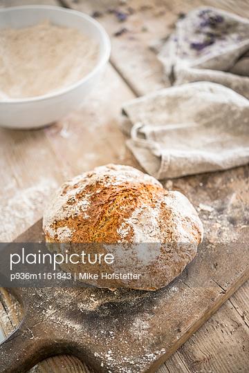 Frisches Laib Brot - p936m1161843 von Mike Hofstetter