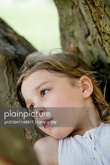 Mädchen ruht sich aus auf einem Ast - close - p1212m1145917 von harry + lidy
