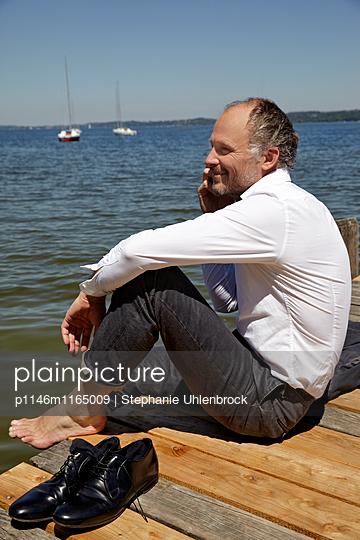 Mann telefoniert am See - p1146m1165009 von Stephanie Uhlenbrock