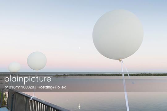 Luftballons an einem Terrassengeländer am Markkleeberger See, Markkleeberg, Sachsen, Deutschland - p1316m1160920 von Roetting+Pollex