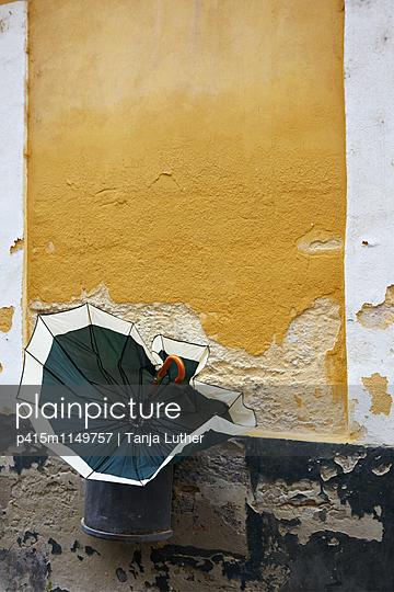 Regenschirm im Mülleimer - p415m1149757 von Tanja Luther