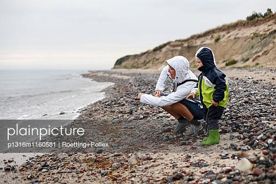 Mutter und Sohn spielen am Strand, Bakenberg, Halbinsel Wittow, Insel Rügen, Mecklenburg-Vorpommern, Deutschland - p1316m1160581 von Roetting+Pollex