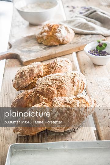Frisches Brot - p936m1161845 von Mike Hofstetter