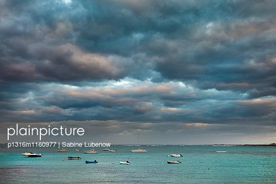 Boote auf dem Meer vor Wolkenhimmel, Corralejo, Fuerteventura, Kanarische Inseln, Spanien - p1316m1160977 von Sabine Lubenow