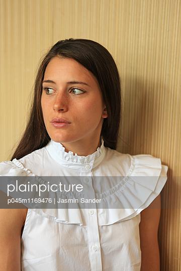 Portrait einer Frau - p045m1169476 von Jasmin Sander