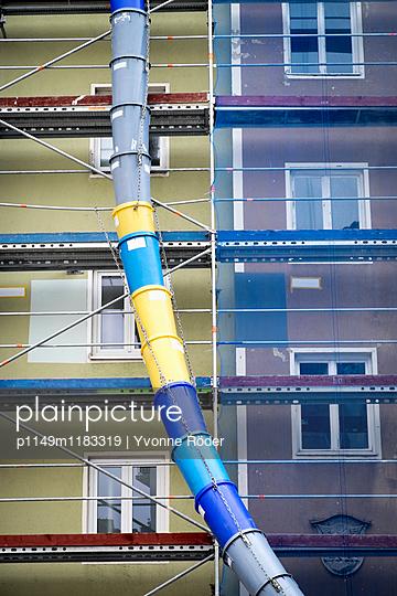 Fassade mit Baugerüst - p1149m1183319 von Yvonne Röder