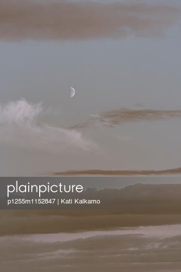 Abendhimmel mit Halbmond - p1255m1152847 von Kati Kalkamo