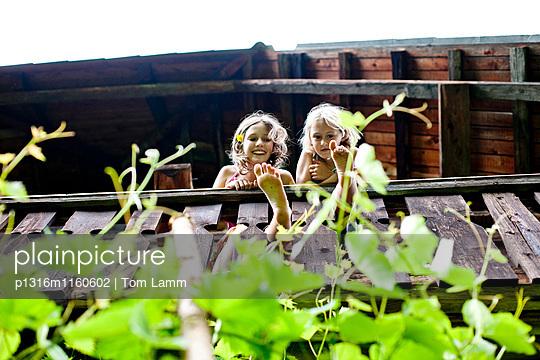 Zwei Mädchen stehen auf einem Balkon, Steiermark, Österreich - p1316m1160602 von Tom Lamm