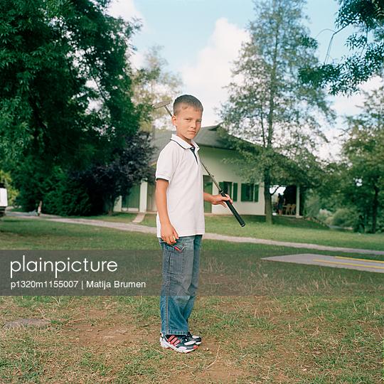 Junge mit Golfschläger - p1320m1155007 von Matija Brumen