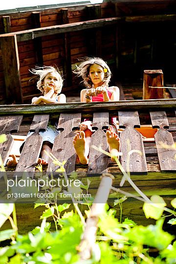 Zwei Mädchen stehen auf einem Balkon, Steiermark, Österreich - p1316m1160603 von Tom Lamm