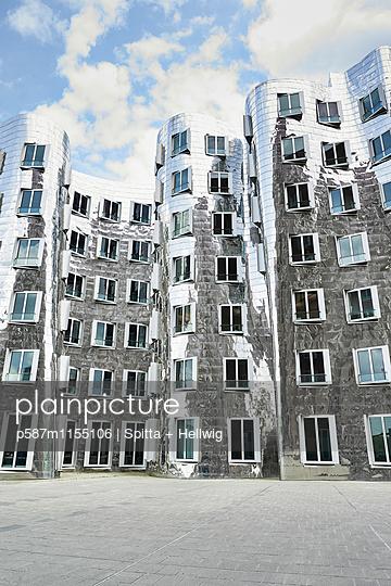 Gebäude mit Metallfassade des Architekten Frank O Gehry - p587m1155106 von Spitta + Hellwig