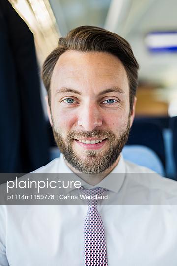 Porträt Geschäftsmann im Zug - p1114m1159778 von Carina Wendland