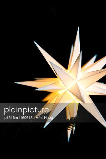 Leuchtender Weihnachtsstern, Deutschland - p1316m1160618 von Arnt Haug