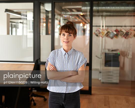 Junge Frau im Büro - p1124m1150226 von Willing-Holtz