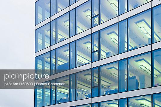 Fassade eines Bürogebäudes, München, Oberbayern, Bayern, Deutschland - p1316m1160890 von Daniel Schoenen