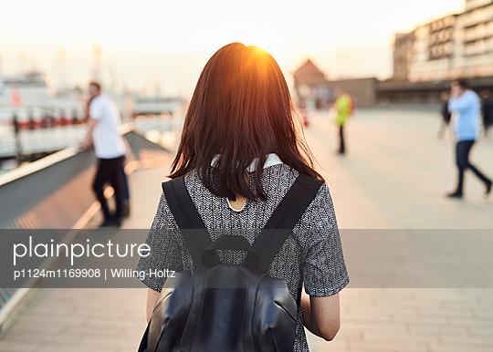 Rückansicht Asiatin mit Rucksack im Gegenlicht - p1124m1169908 von Willing-Holtz