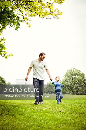 Vater mit Sohn im Park - p904m1159679 von Stefanie Neumann
