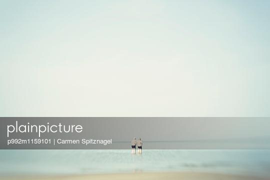 Zwei Frauen im Meer - p992m1159101 von Carmen Spitznagel