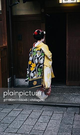 Japanische Maiko auf dem Weg zur Arbeit - p1180m1155045 von chillagano